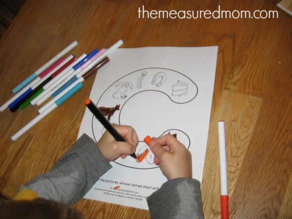 These FREE beginning sounds coloring pages are a great beginning sounds activity for preschool or kindergarten.